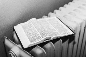 Bijbel op kachel